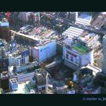渋谷スクランブル交差点上空からは、東急デパートの広告が見えます。